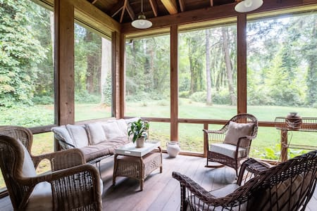 Charming spacious cottage, large screen porch