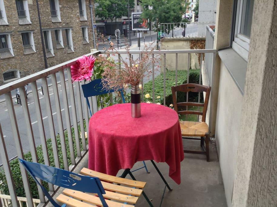Balcon spacieux avec petite table pour une pause au soleil
