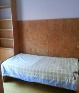 Habitación bien iluminada chicas - Sant Cugat del Vallès - Apartamento