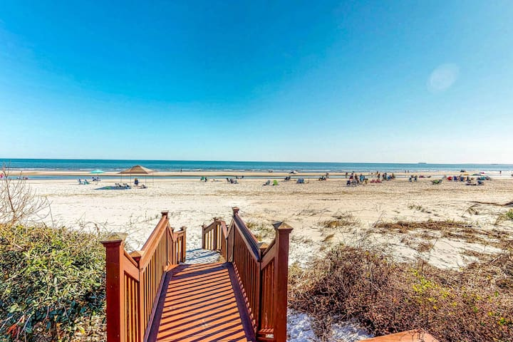 Family-friendly home w/private pool, and panoramic oceanfront views!