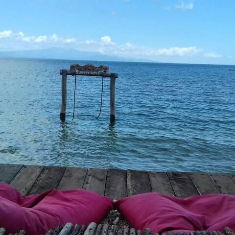 Sunset Moyo bungalows : tropical garden and beach.