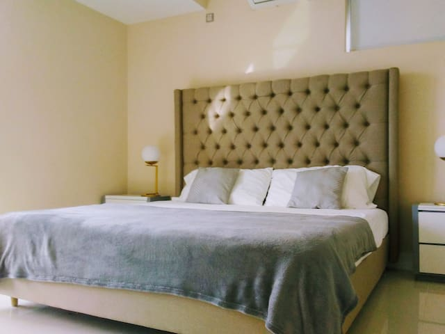 King memory foam mattress with 1800 thread count linen