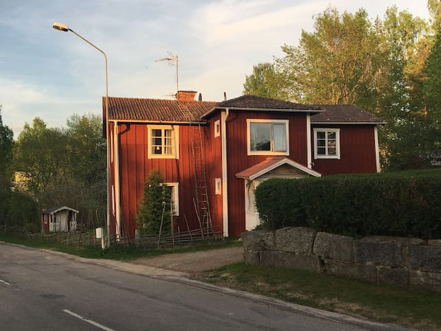 House in central Alfta, near water.
