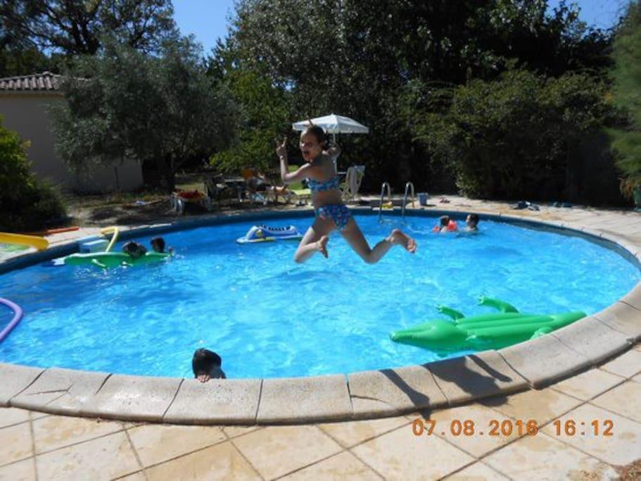 les délices de la piscine et ses bains de soleil