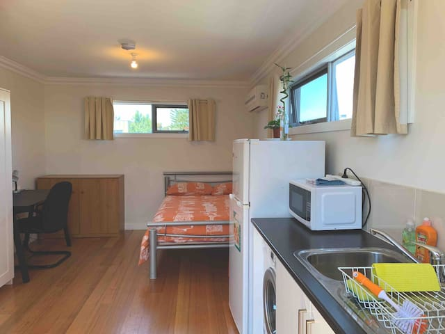 Bright & cosy self-contained studio near CBD