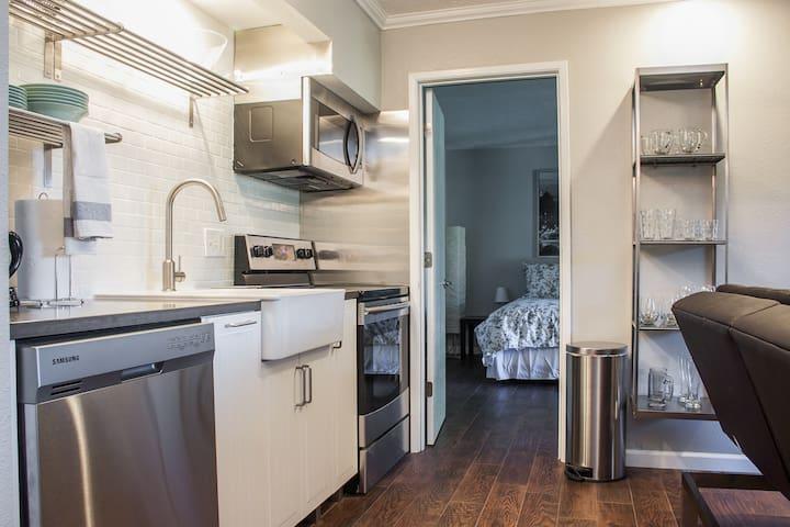 Modern condo w/ full kitchen near downtown & river trail! Cable & free WiFi!
