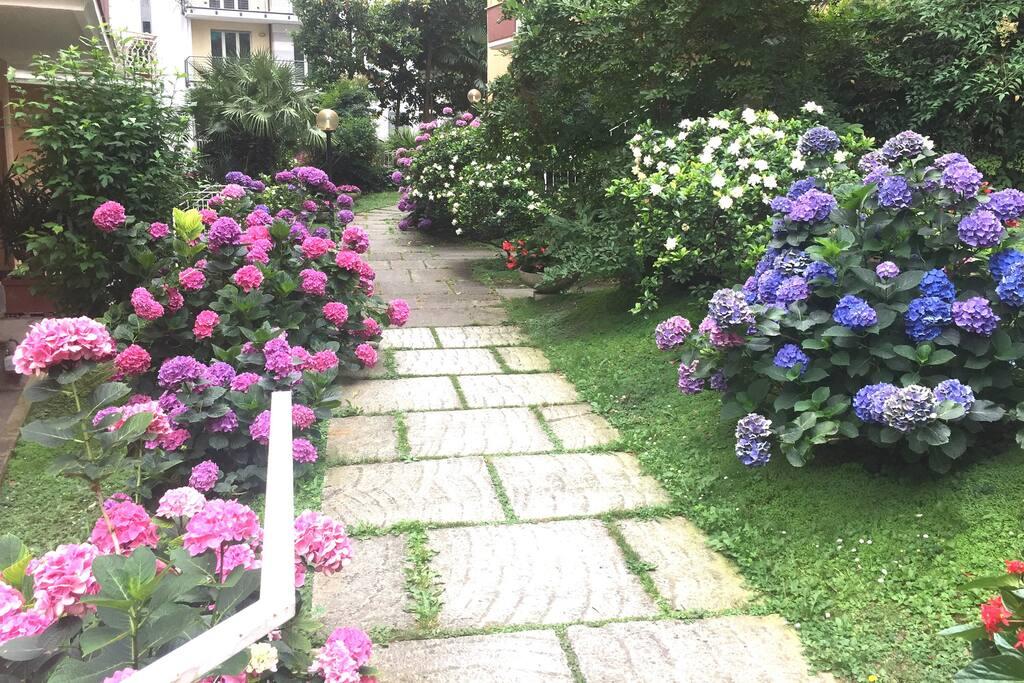 Giardino con custode - Flower garden with gatehouse