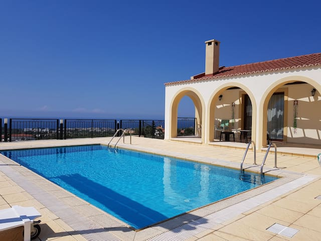 3 bedrooms with private pool & incredible views!