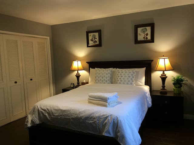 Private room in Old Town Monrovia. Safe and quiet. - Monrovia