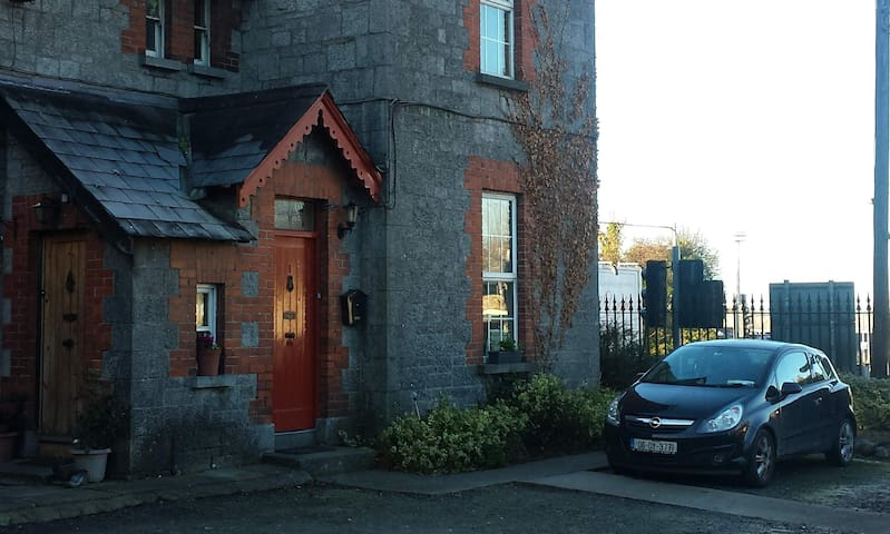 Fab Self-Catering Flat with Parking - Tullamore