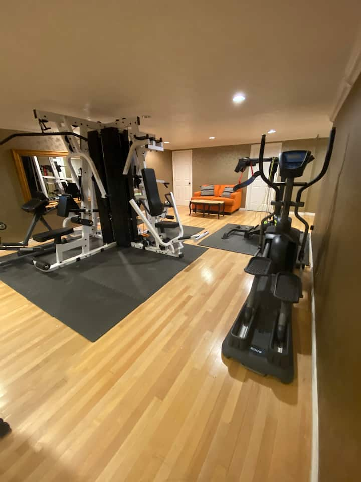 Private Floor, Quiet Basement Apartment + Gym