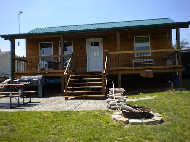Table Rock Lakefront Cabin--walk down to lake! - Shell Knob - Cabana