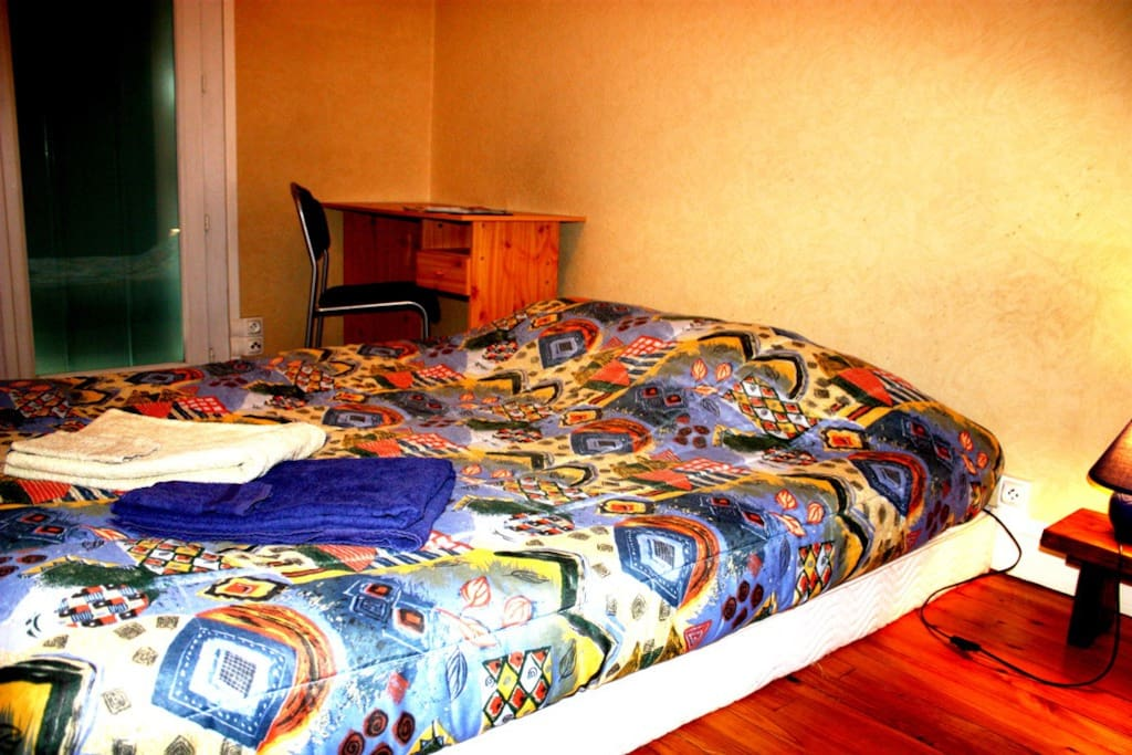 chambre chez l 39 habitant low cost tv internet appartements louer toulouse midi pyr n es. Black Bedroom Furniture Sets. Home Design Ideas