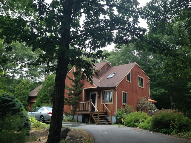 Contemporary on circle! Quiet! - Burrillville - Bed & Breakfast