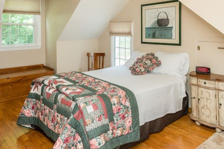 Bedroom and private bathroom - Redding - Bed & Breakfast