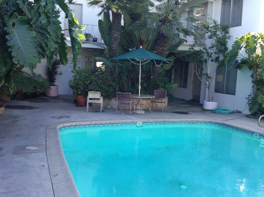 Melrose Place setting /courtyard