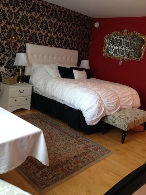 The Red room-Queen bed