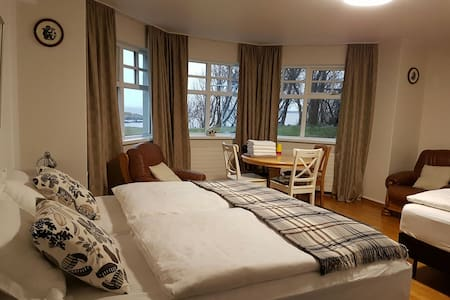 HUGE Quad Room, on the Sea, Amazing Views! - Borgarnes - Bed & Breakfast