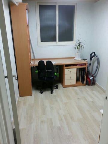 방이좁으편이지만 깨끗합니다 원하시면 좀더큰방도 제공할수있습니다