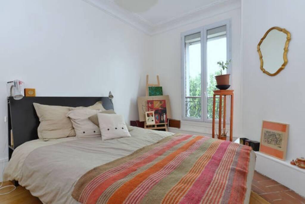 Grand lit double dans la chambre à coucher, très calme