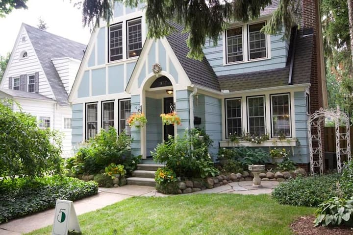 Picturesque English Tudor Near Depot Town - Ypsilanti - House