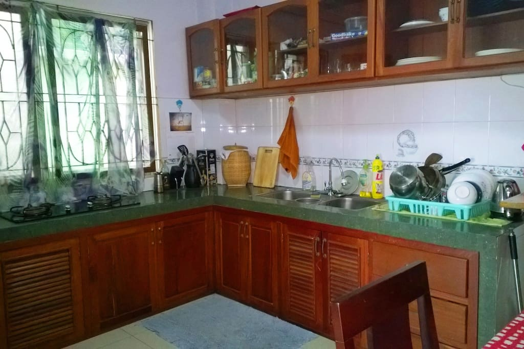Large western kitchen, double cook-top, small oven. Two supermarkets downstairs.