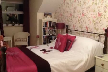 Double bedroom with private b/room - Kettering - บ้าน
