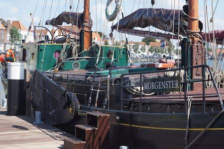 Slapen op een 100-jaar oude klipper - Zierikzee - Loď