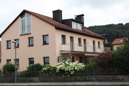 Schöne ruhige Dachgeschoßwohnung - Trostberg - Haus