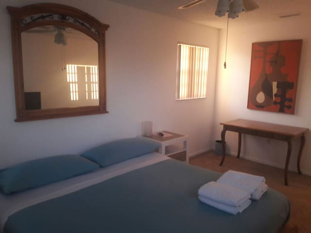 Cozy room with king bed, private bathroom. - Miami - Apartment