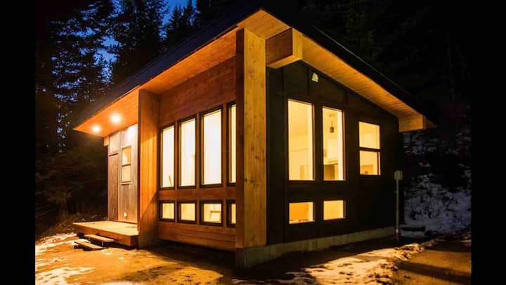 Brand-New Modern Lake and Mountain View Cabin.