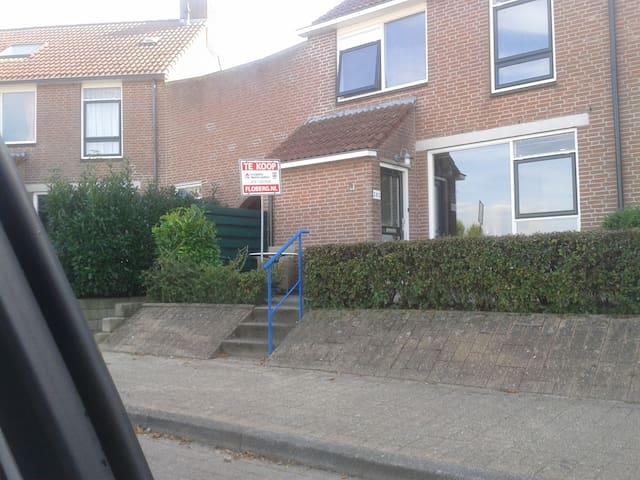 Makkum (Friesland) ruime hoekwoning - Makkum