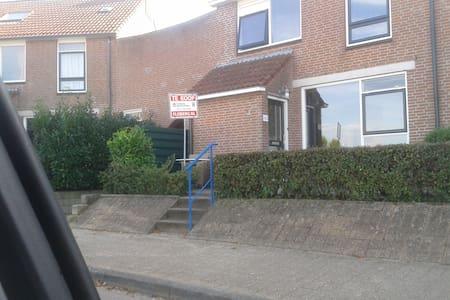 Makkum (Friesland) ruime hoekwoning
