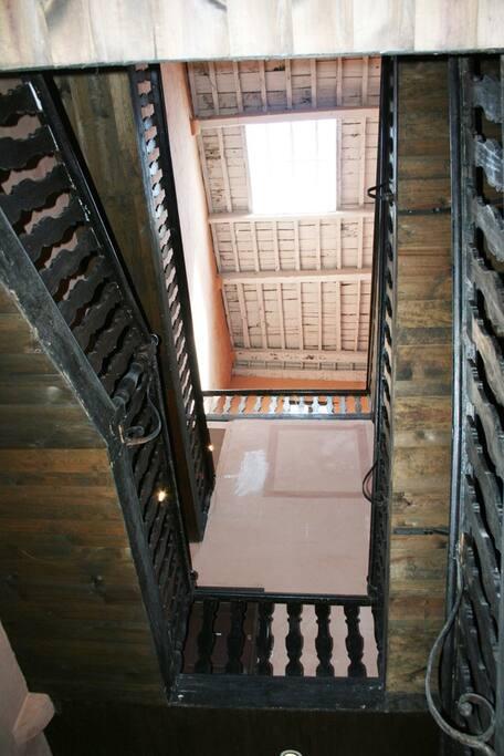 Un hall et une montée d'escalier illuminé par la verrière du toit. Magnifique !