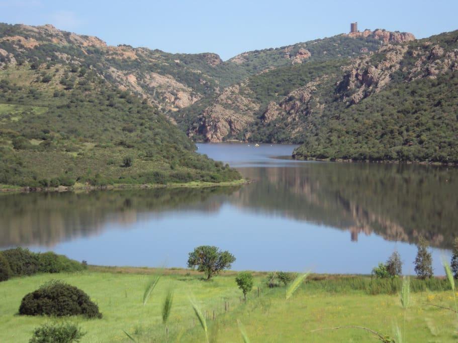 Lago di Casteldoria su cui si affaccia il B&B