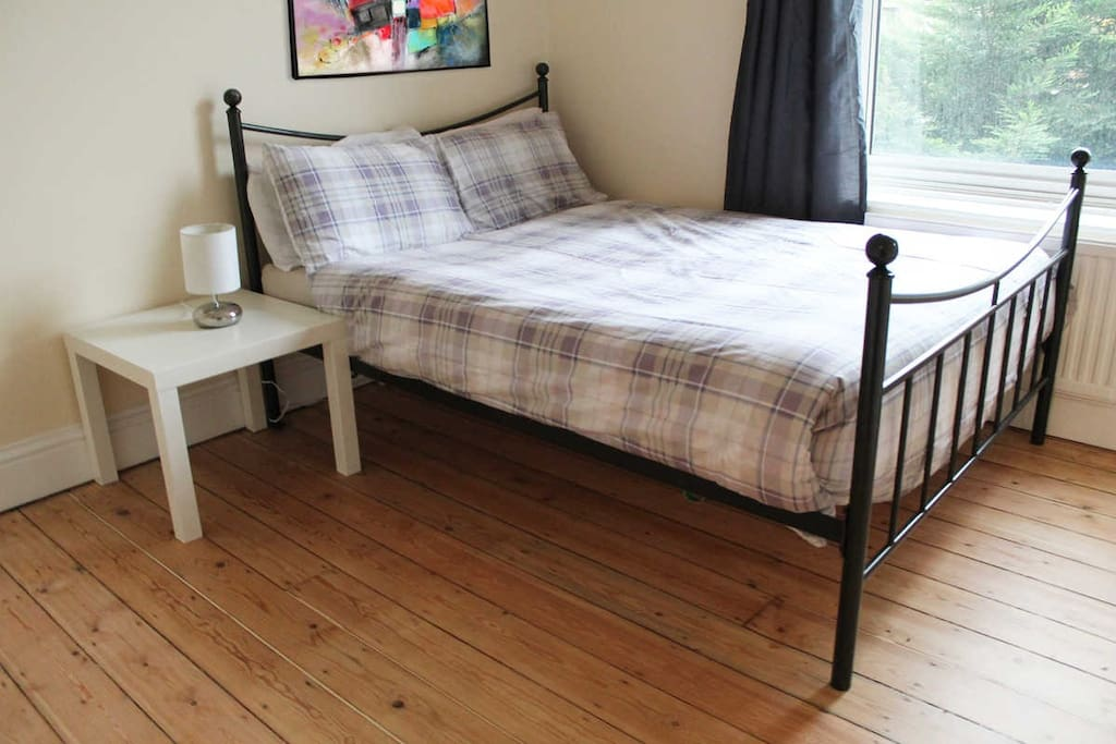 Enjoy London with this private double room. We're close to London's main tourist hotspots!
