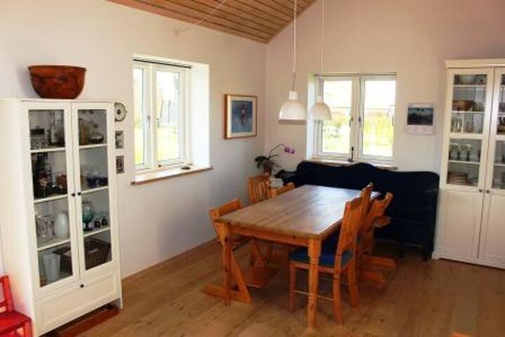 Spisekrog i stue (åbent til køkken)