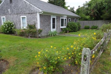Perfect Location, Comfortable Home - Edgartown - Hus