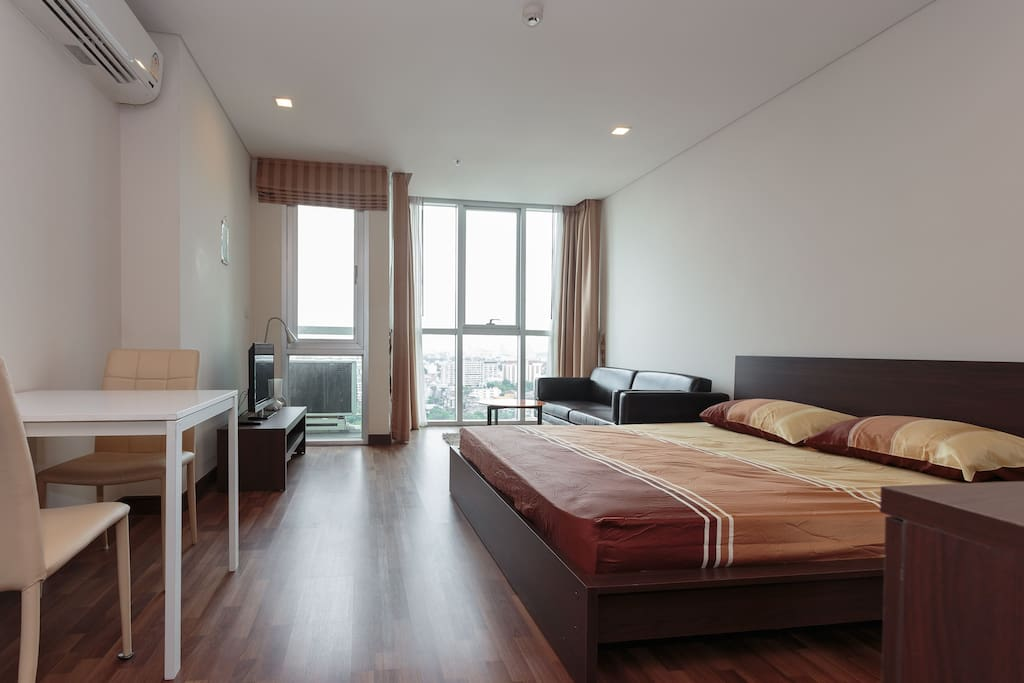 Cozy room is 33sq.m Studio 100m. from Bts sky train Phrakanong station in Bangkok. Free wifi, with Pool and gym.  Near the eateries, night life, massage and shopping center.