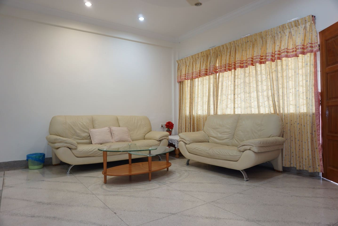 Spacious living room with a good chat with travel buddies