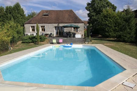 Charming Burgundy Farmhouse - Perceneige - Hus