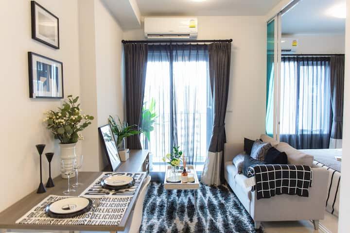月租11000泰铢松2.Huaikhwang/一室一厅拉差达火车夜市巨大泳池一室一厅中文房东