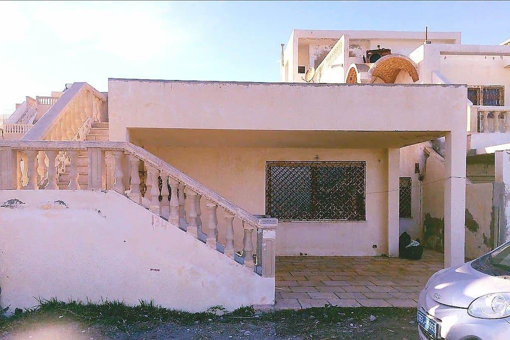 vue sur la façade du bungalow  P.S. le bungalow a été entièrement peint