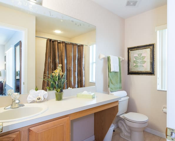 Master Suite Bathroom --Jacuzzi sized bathtub to fit 2! (just sayn') - bañera de tamaño Master Suite Baño --jacuzzi para adaptarse a 2!