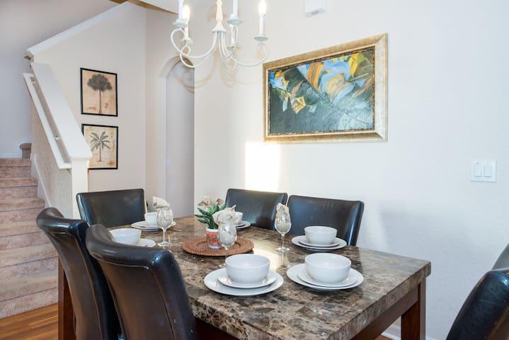 Let´s talk about the day around the dining table, room for 6!  Vamos a hablar del día alrededor de la mesa de comedor, espacio para 6!