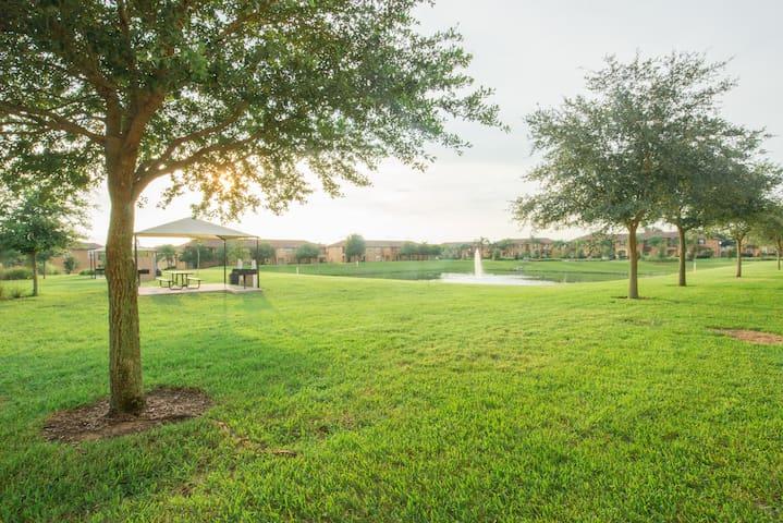 Walk through your patio doors to the pond among the trees... -Caminar a través de sus puertas que dan a la laguna entre los árboles...