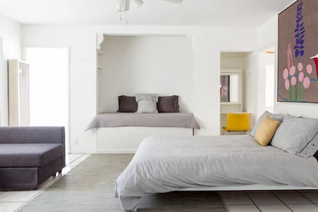 Stylish Hollywood Apt Sleeps 5 - Los Angeles - Apartment