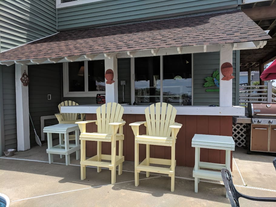 Tiki Bar and outdoor grill.