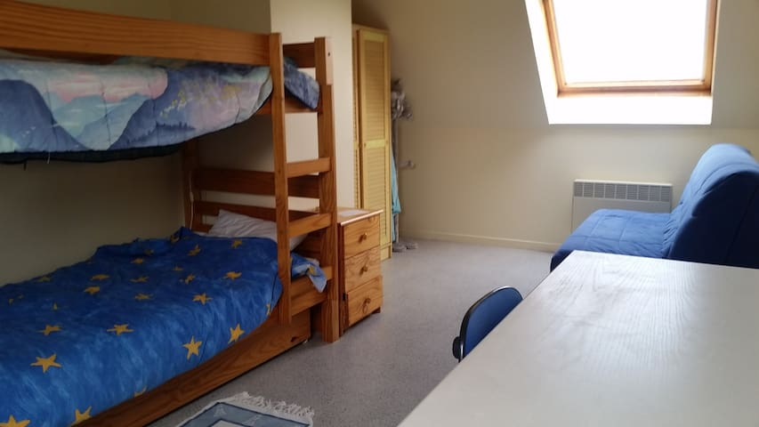 chambre avec deux lits superposés et un canapé lit