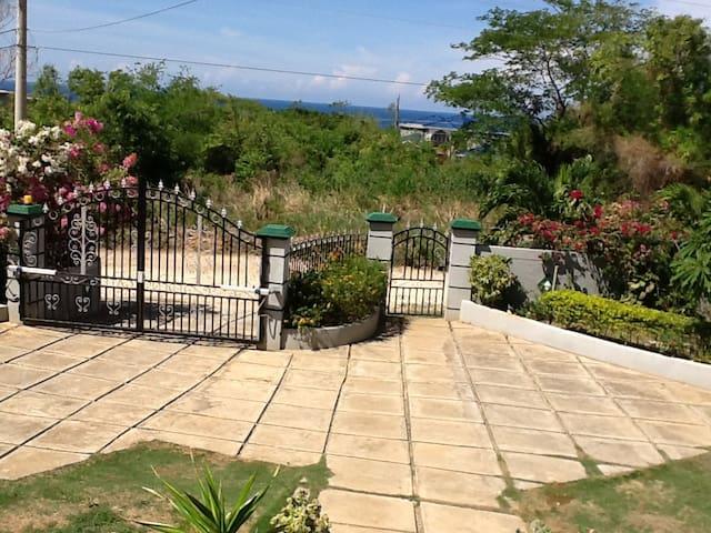 """""""Eden's Gate"""" - Runaway Bay - House"""